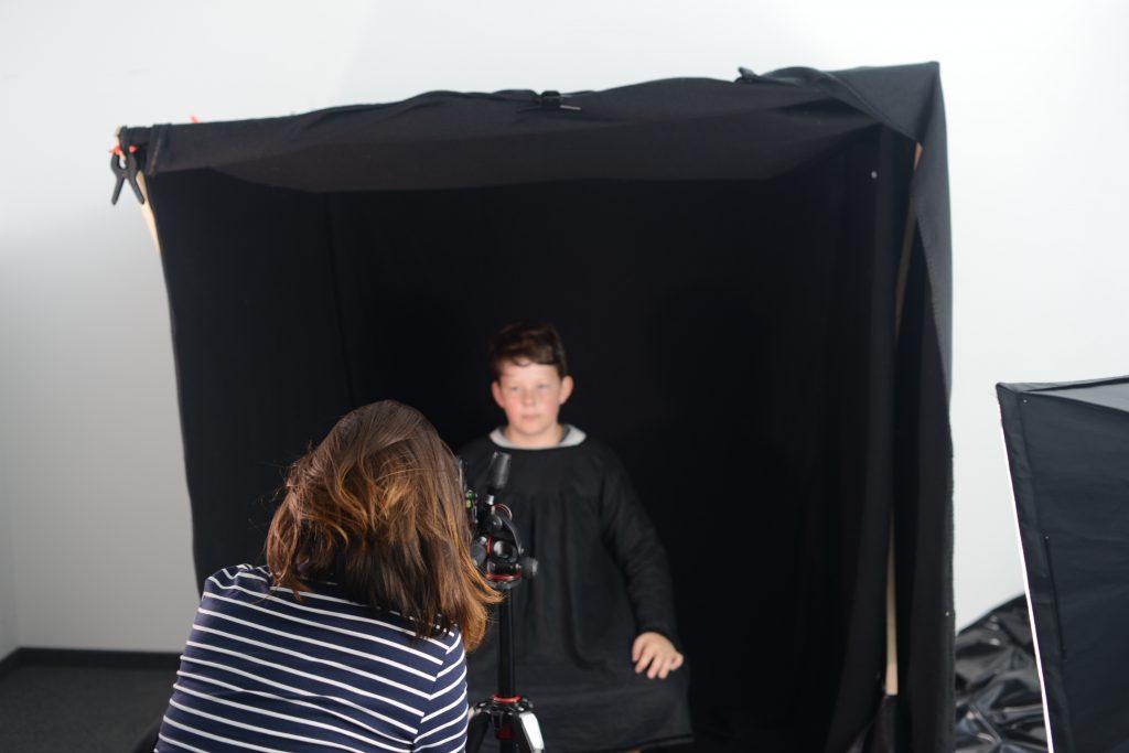 Ein Kind vor schwarzem Hintergrund